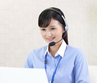 電話を受けるコールセンター